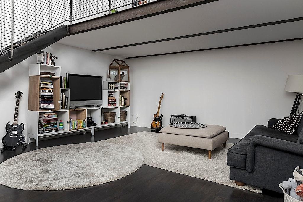 гостиная диван стеллаж телевизор гитара торшер