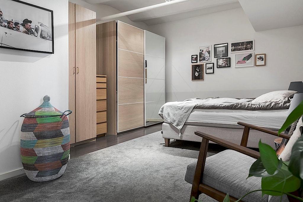 спальня без окон кровать платяной шкаф корзина