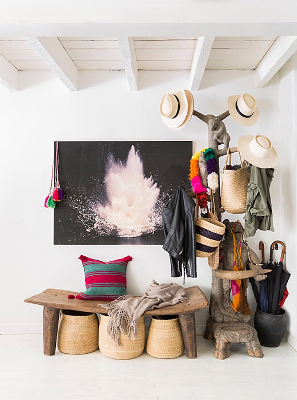 белые стены деревянный пол потолок балки стойка вешалка для шляп скамейка подставка для зонтов