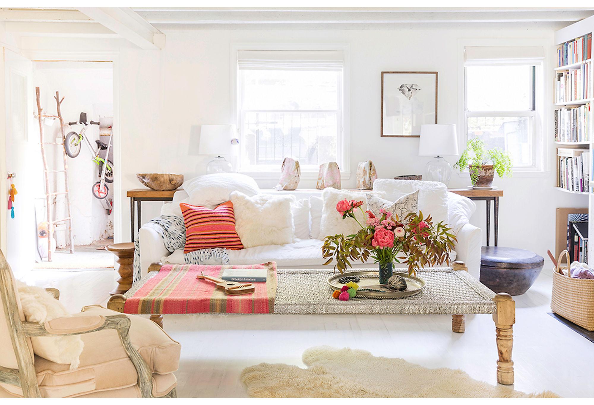 гостиная белый диван подушки кресло столик