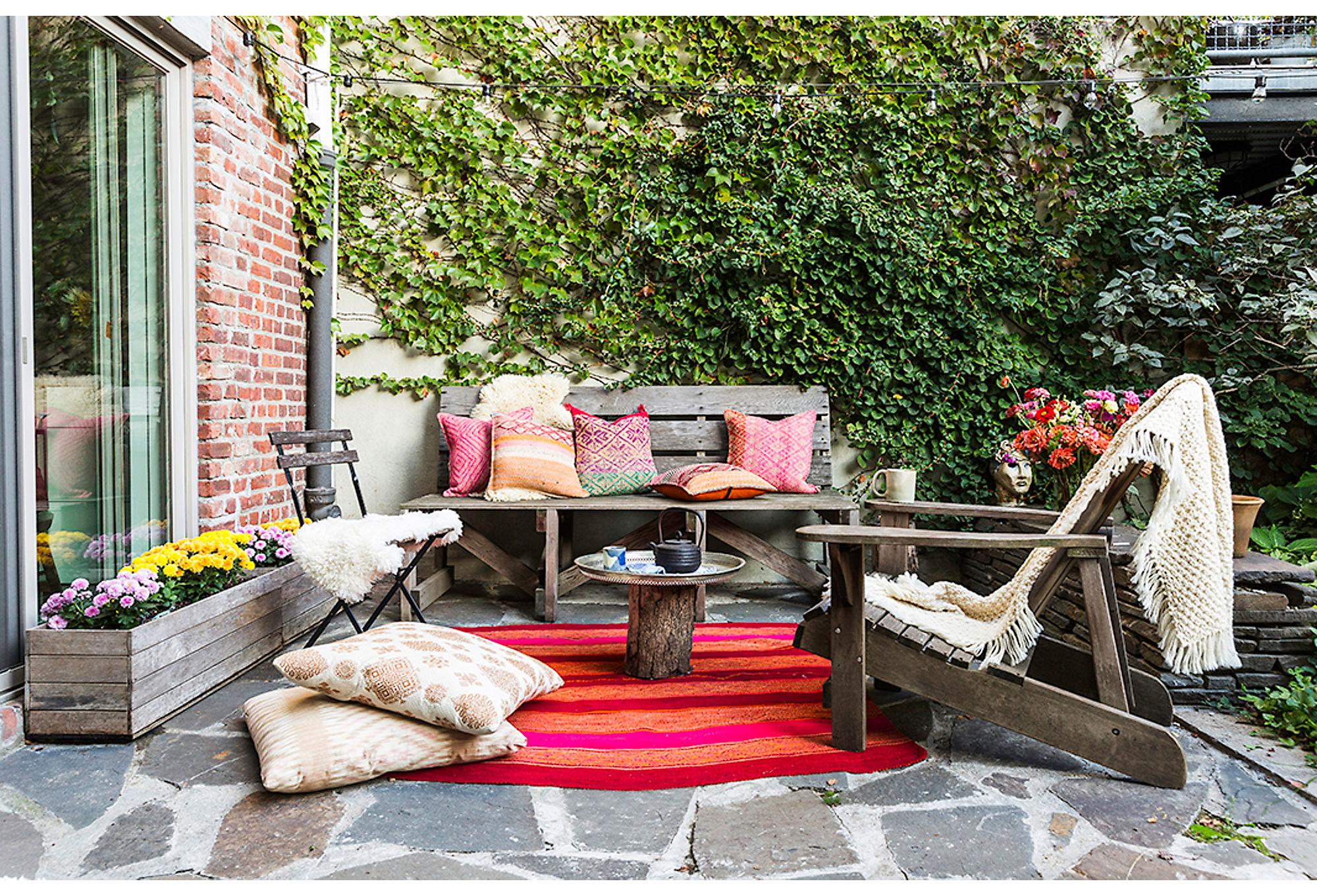 терраса мебель текстиль деревянное кресло ящик для цветов отмостка камень