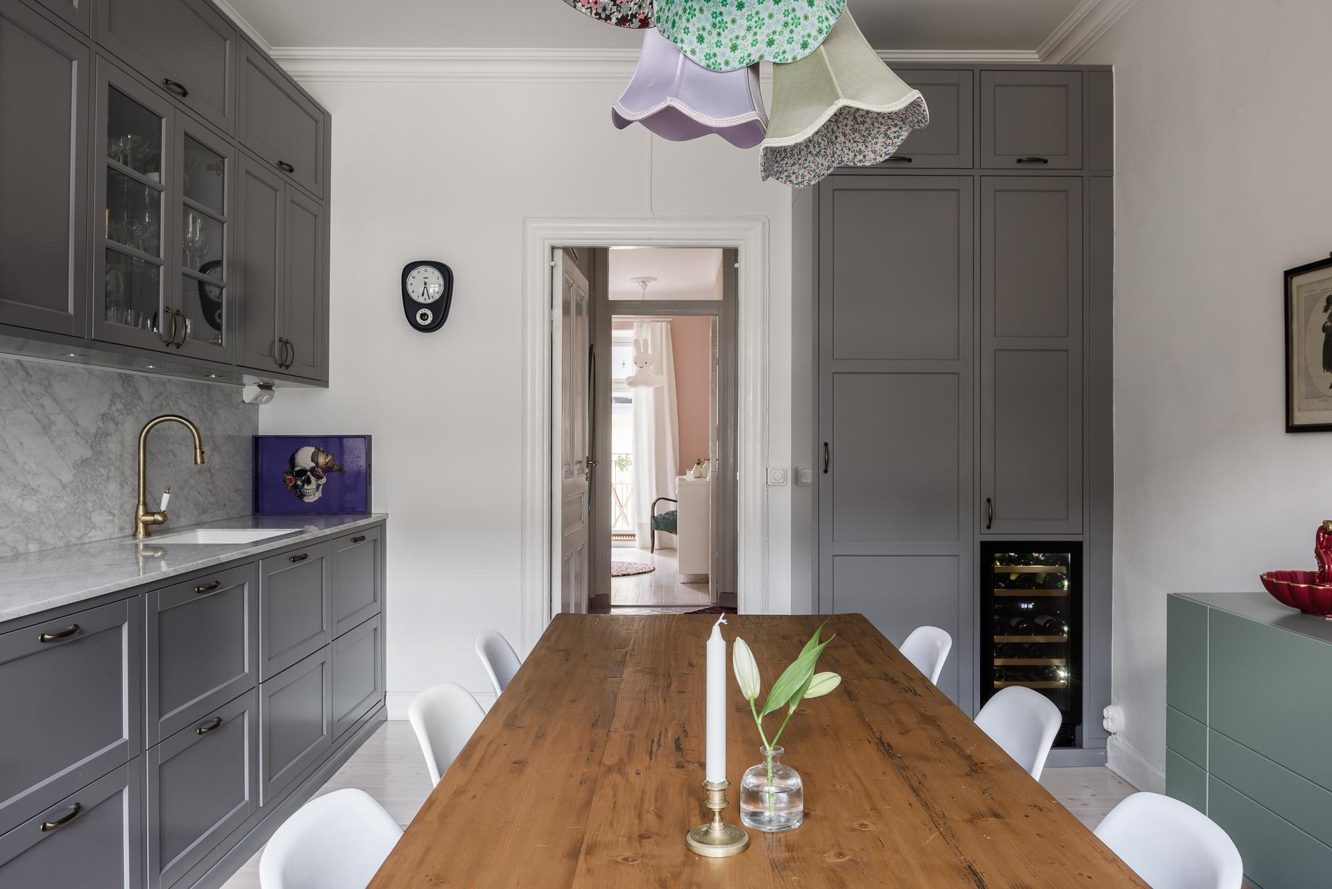 кухня встроенный холодильник обеденный стол