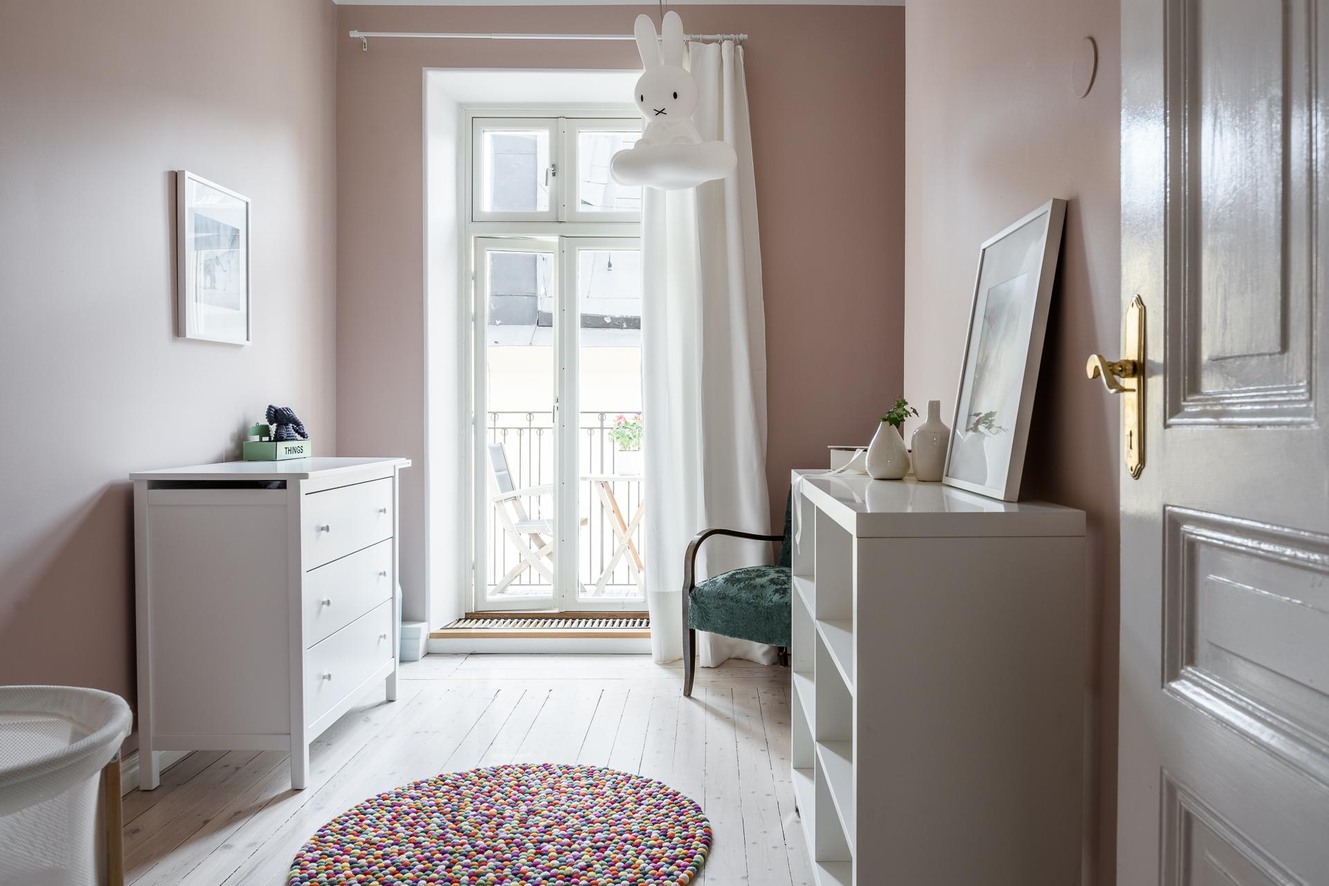 детская комната розовые стены Балкон