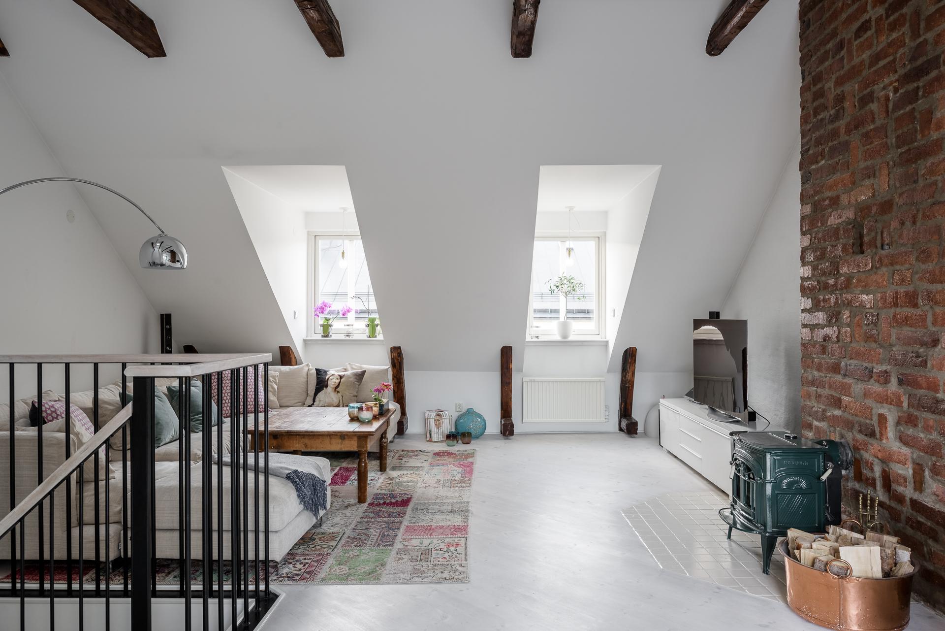 мансарда комната окна лестница диван подушки