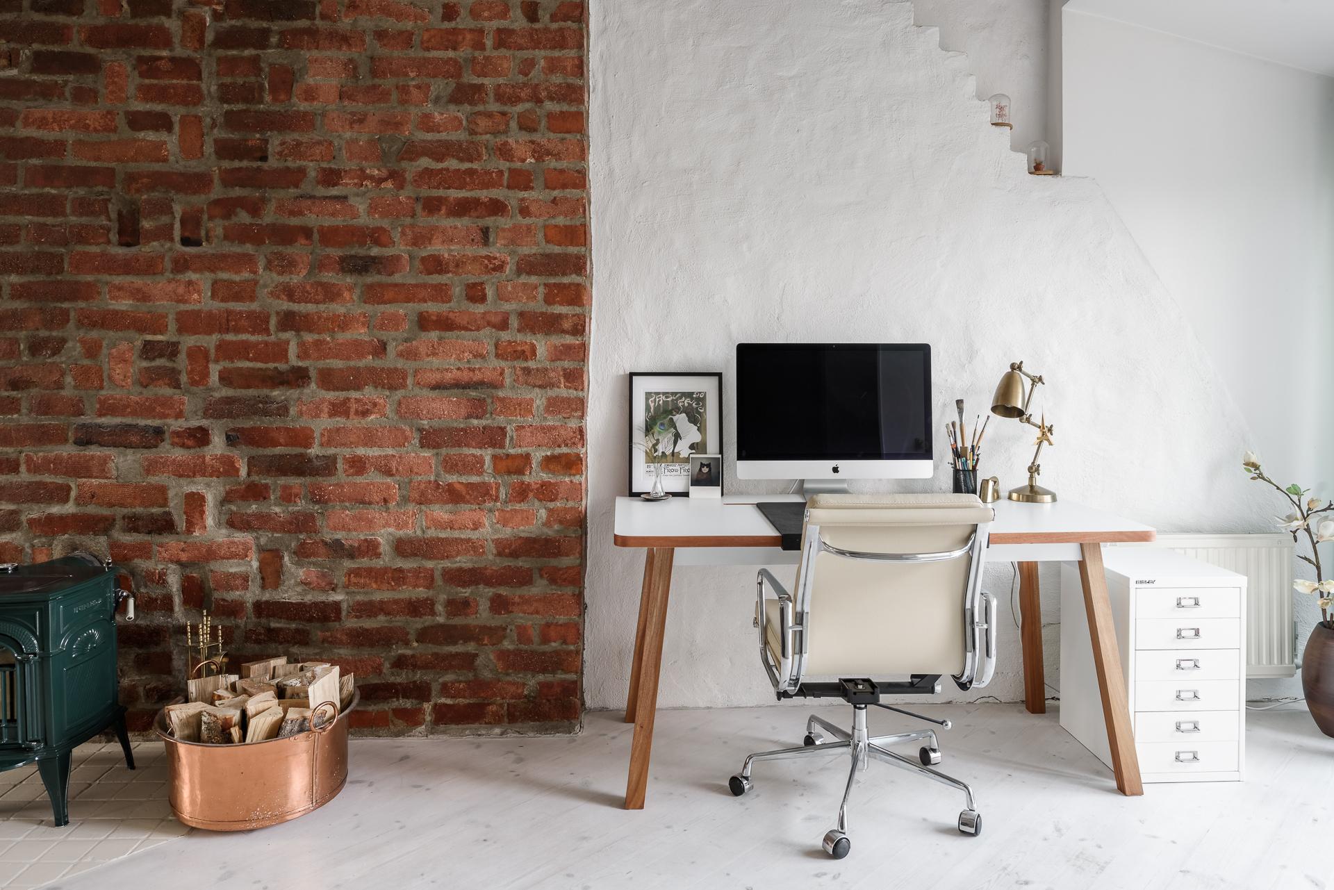 мансарда кирпичная кладка рабочее место стол кресло