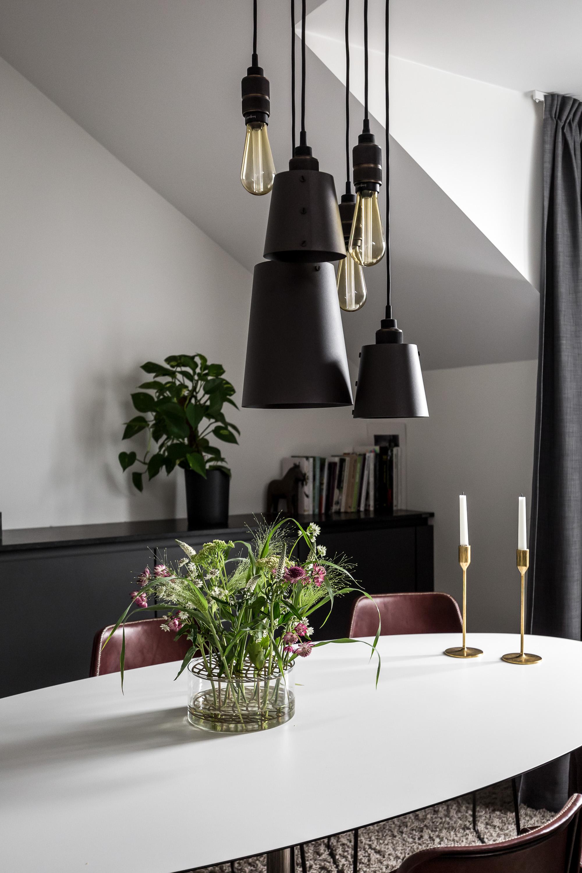 овальный обеденный стол лампы комод мансарда