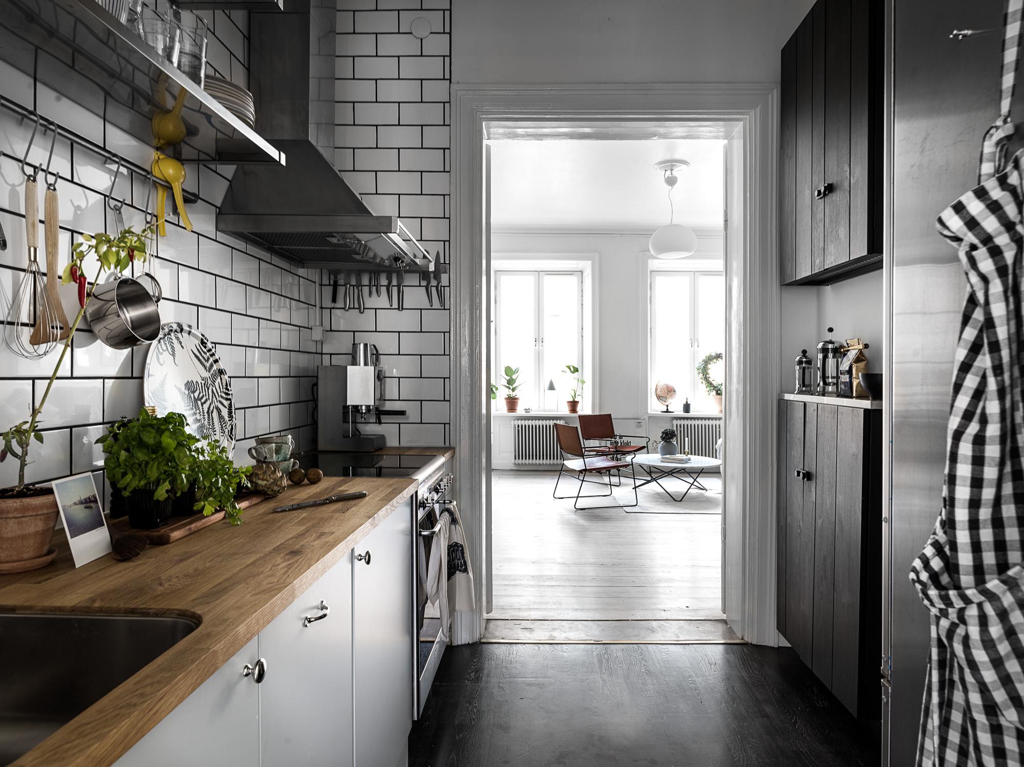 кухонная мебель серые коричневые фасады деревянная столешница белая плитка кабанчик