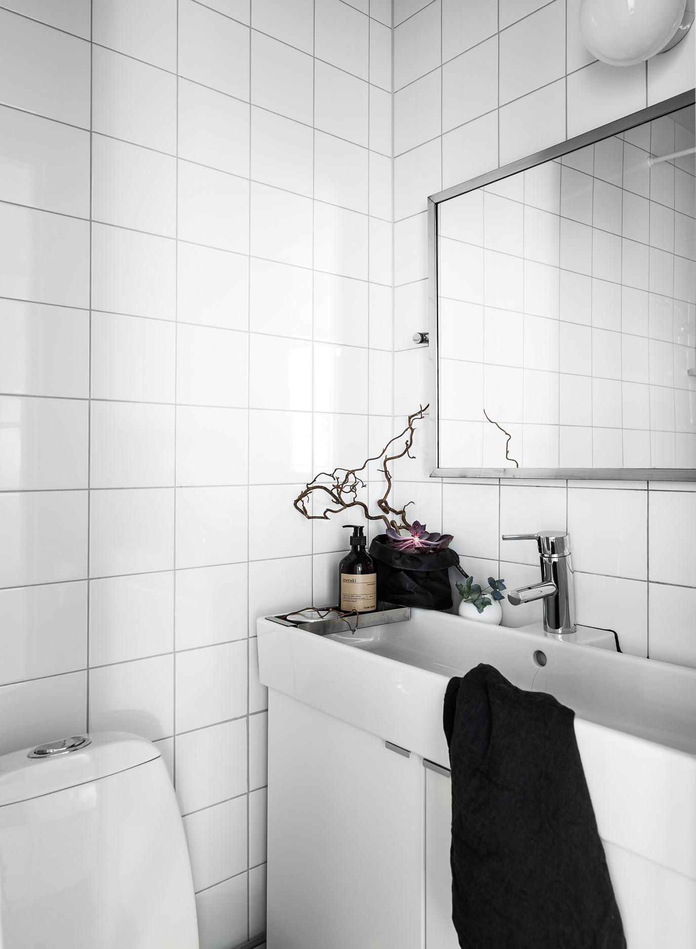 санузел раковина комод зеркало квадратная белая плитка