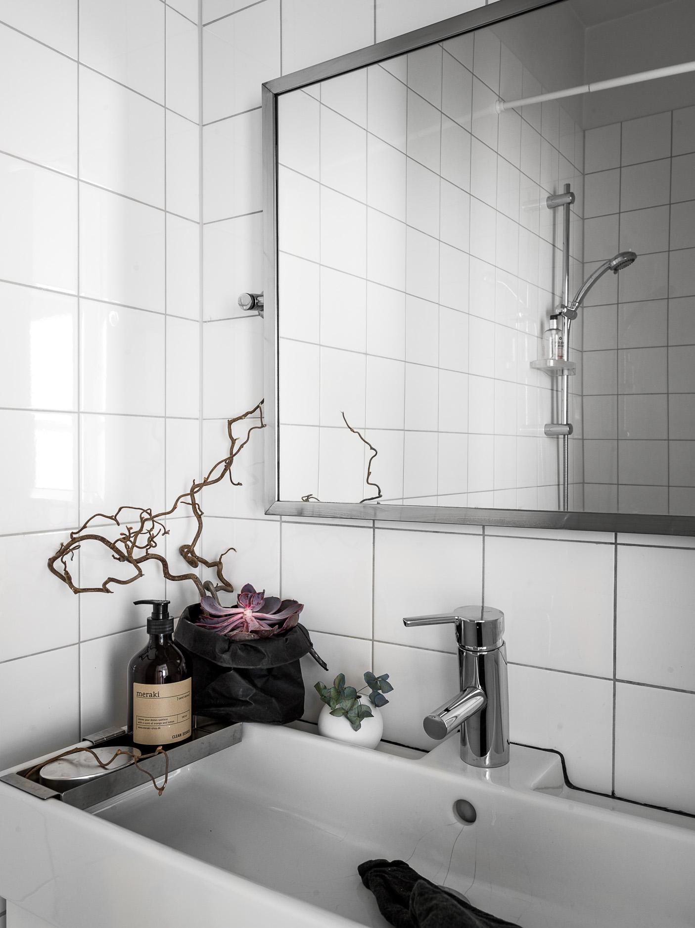 санузел душ раковина комод смеситель зеркало плитка