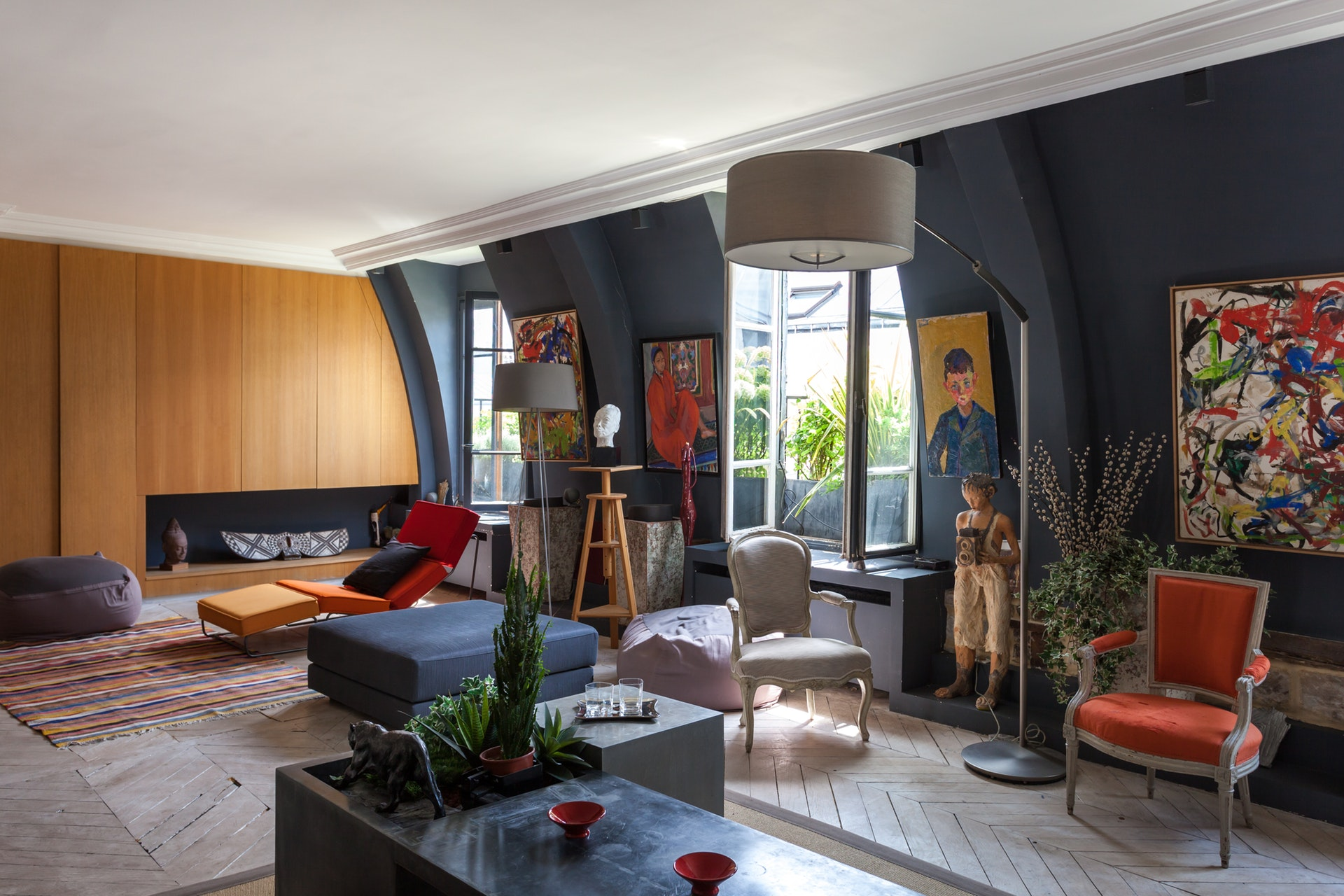 гостиная мансарда серые стены низкий потолокпаркет елочка