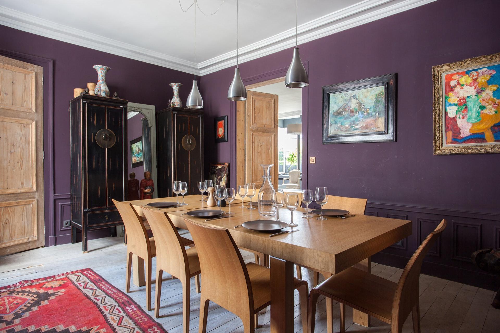 столовая комната обеденный стол восточный шкаф фиолетовые стены деревянная дверь с филёнкой молдинги