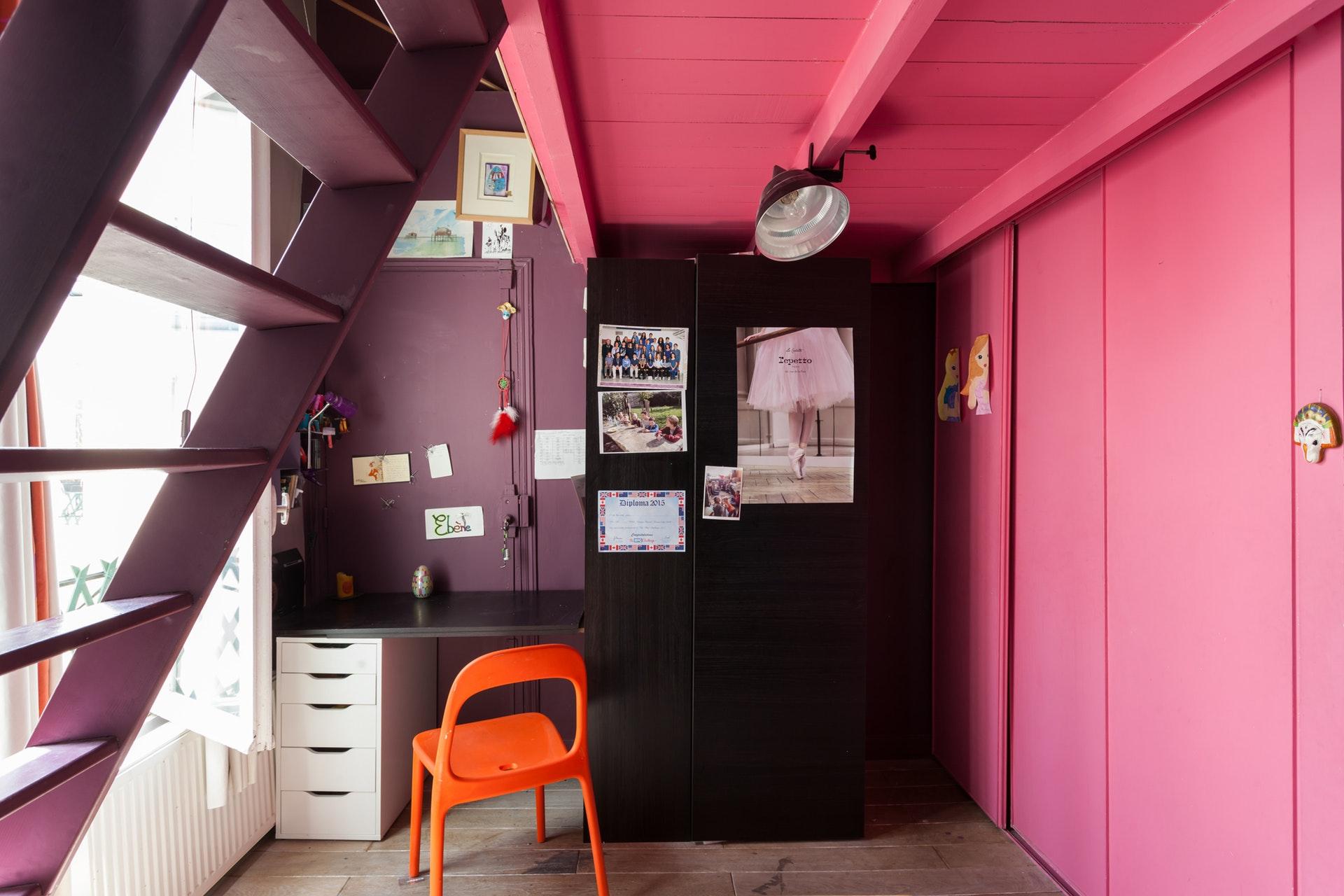 детская комната встроенный шкаф стол антресоли лестница