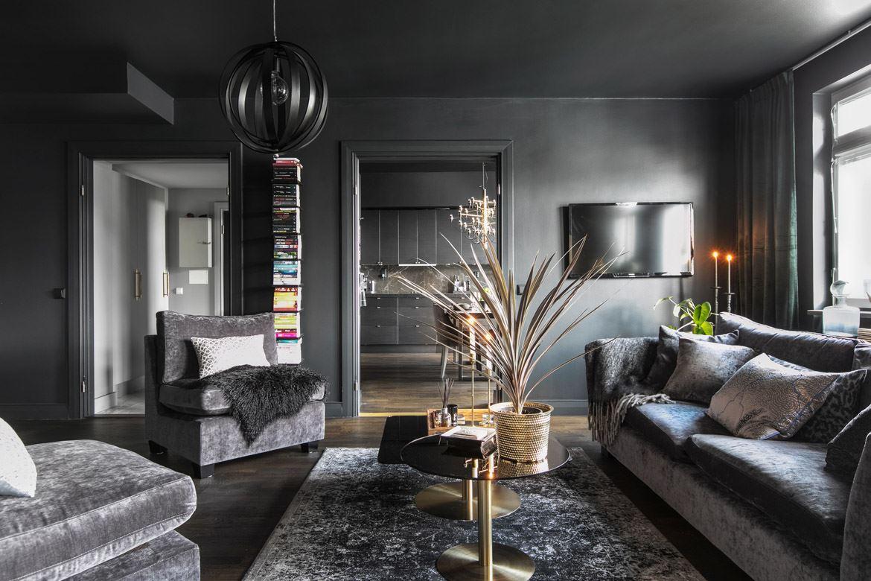 гостиная серые стены серый потолок диван кресла телевизор