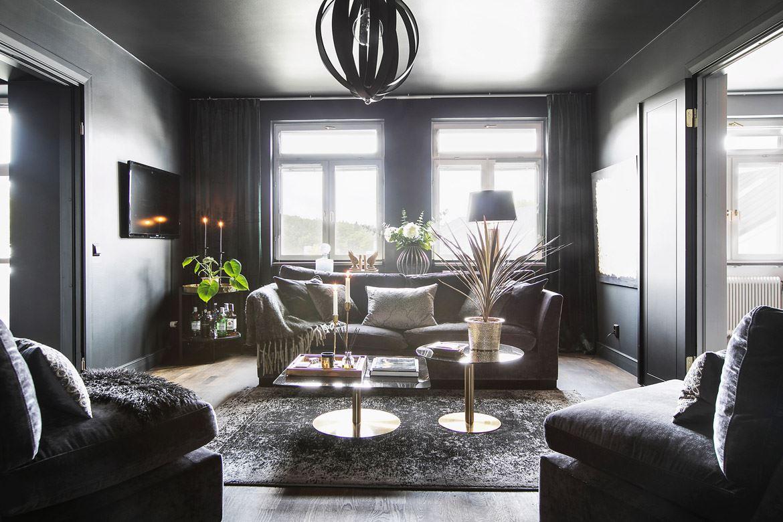 гостиная серые стены потолок окна диван кресло журнальный столик ковер
