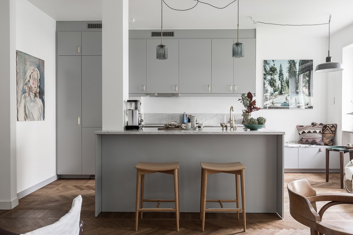 кухня кухонный остров серые фасады барные стулья