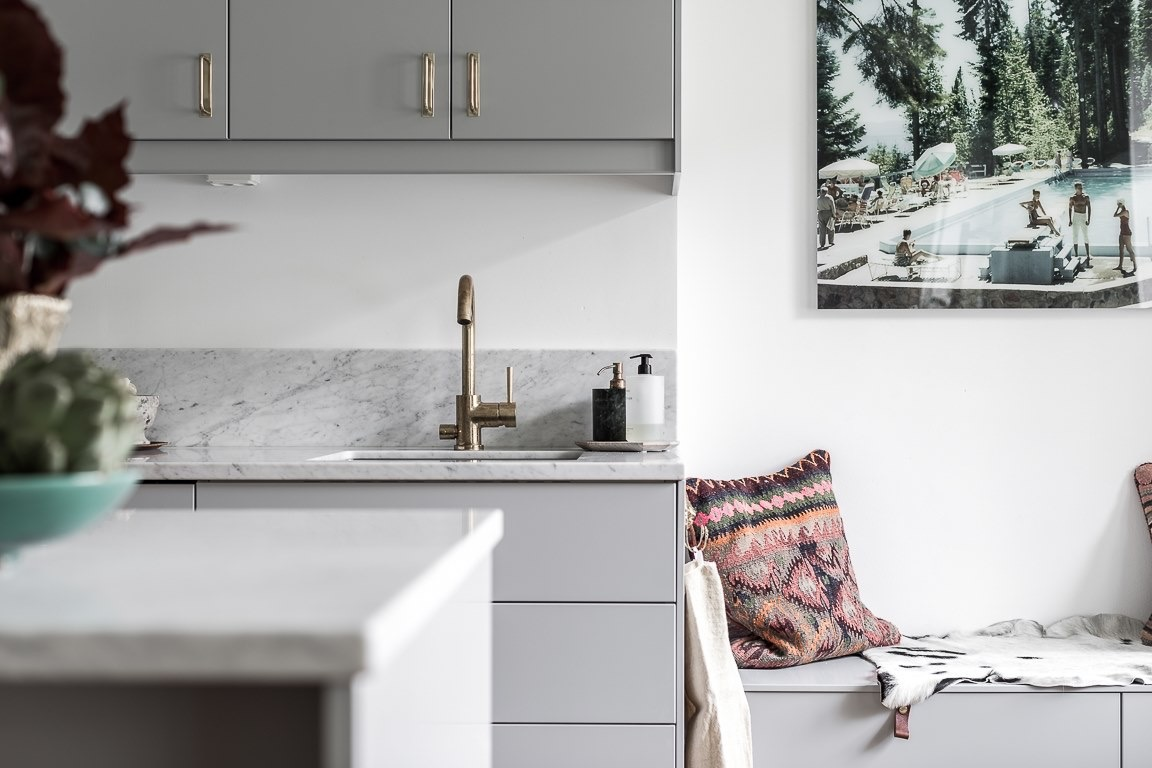 кухонная мебель мойка смеситель скамейка подушки
