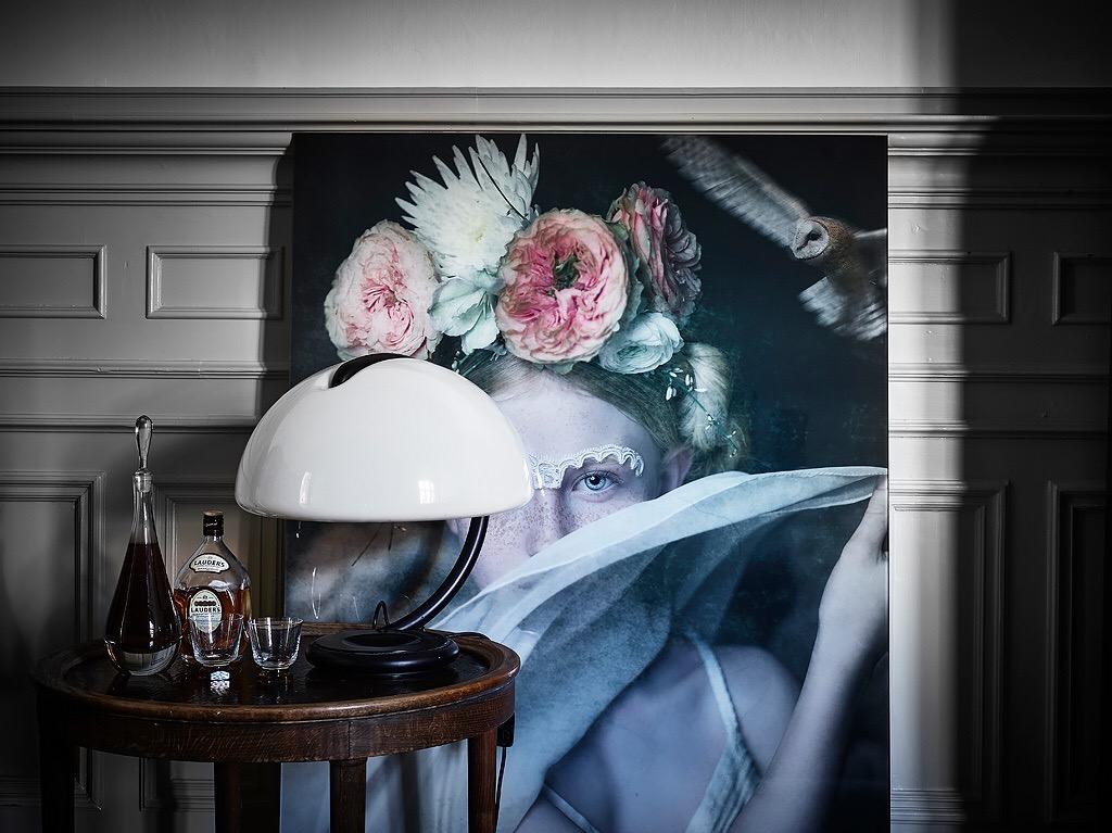 молдинги стеновые панели картина столик лампа