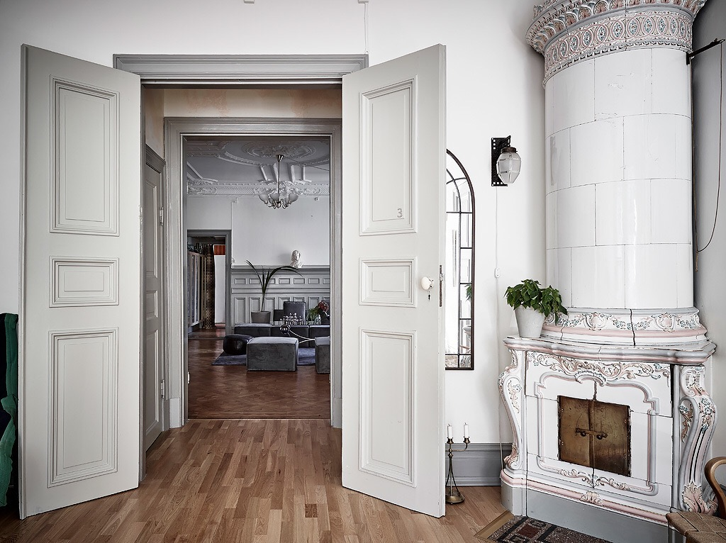 распашные филенчатые двери паркет порог израсцовая печь плинтус