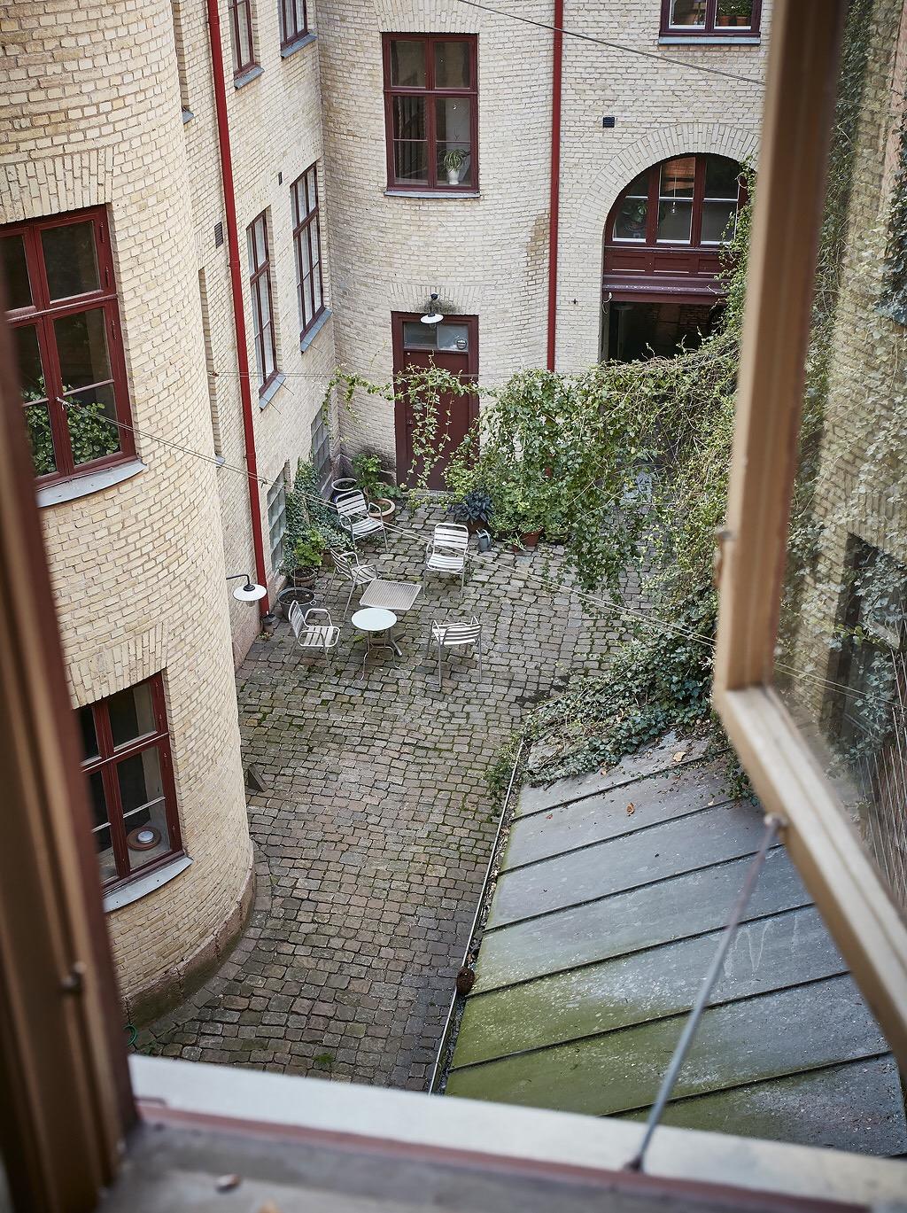 городской двор кирпичный фасад окна