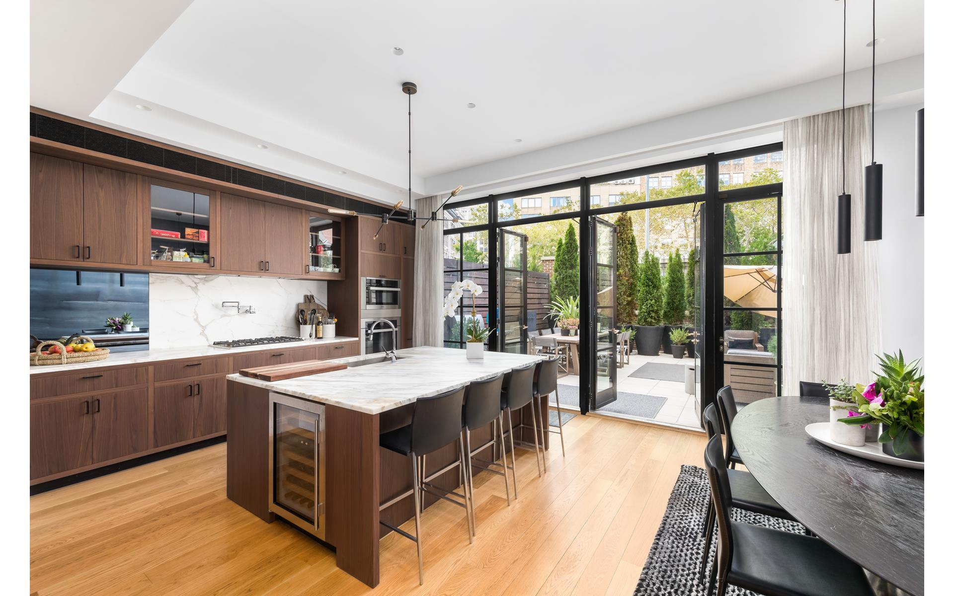 кухня кухонный остров барные стулья винный шкаф выход на террасу сварные стеклянные двери
