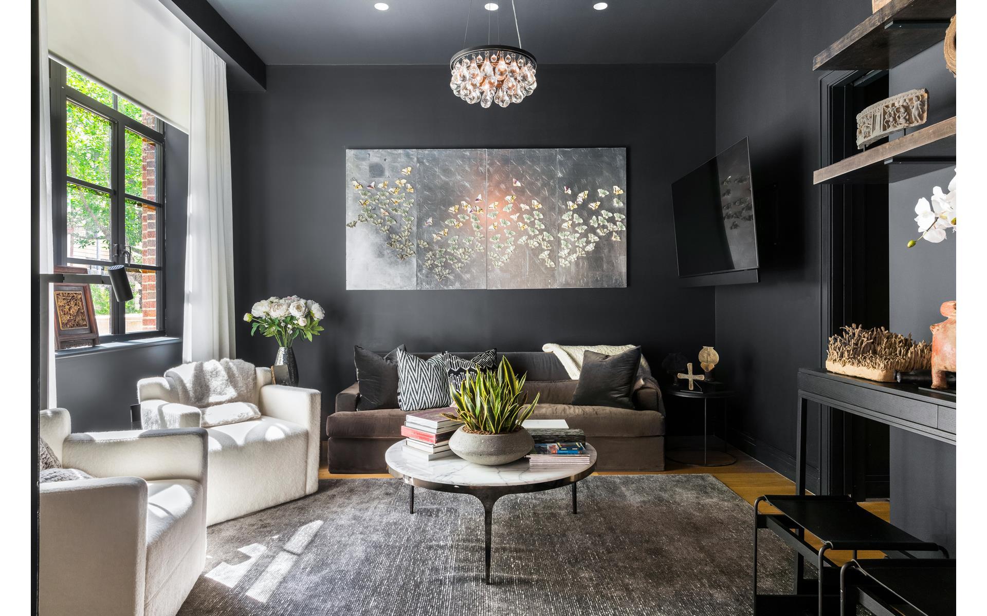 комната черные стены потолок диван кресло ковер круглый столик