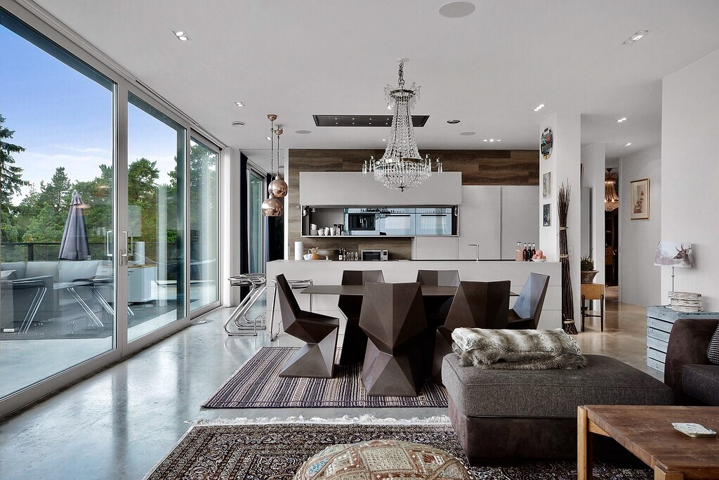 гостиная кухня обеденный стол стулья панорамное остекление
