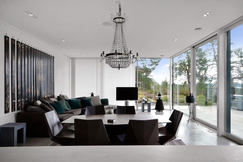 гостиная комната диваны телевизор люстра панорамное остекление