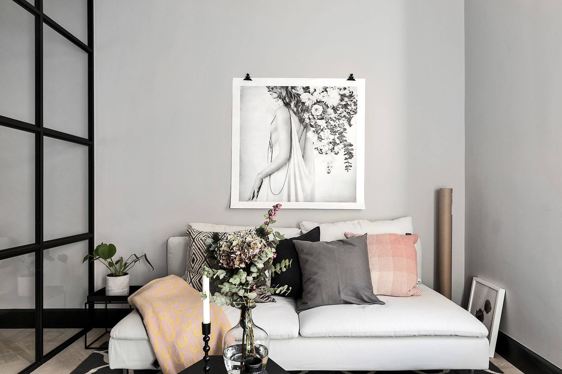 комната серые стены бежевый диван кровать подушки