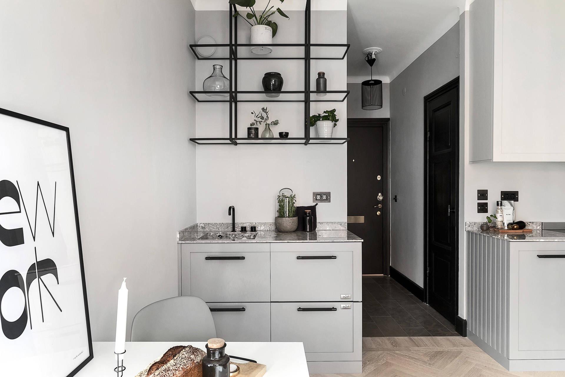 квартира студия белые стены светлый пол кухня серые фасады обеденный стол