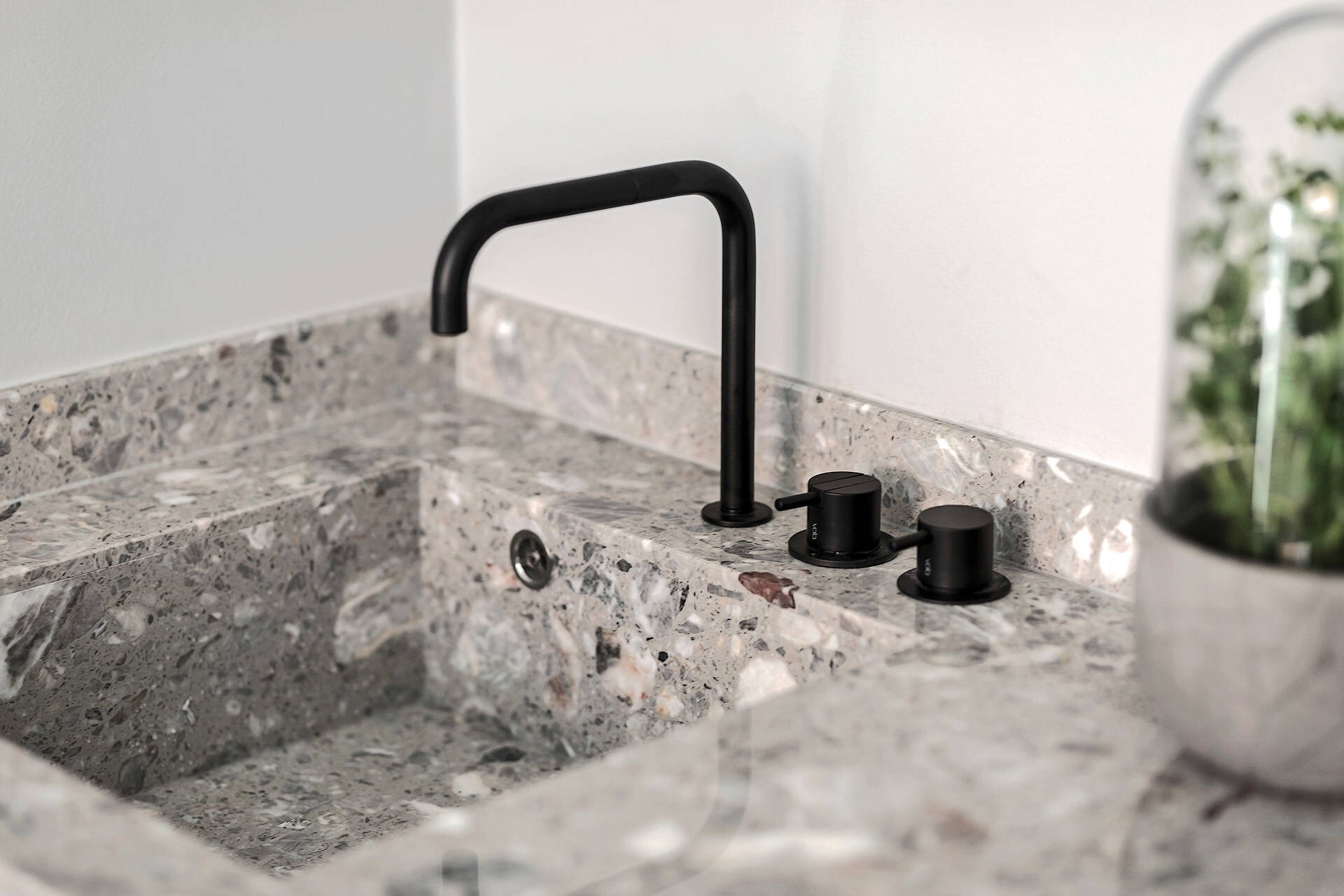 кухонная столешница камень мойка черный смеситель