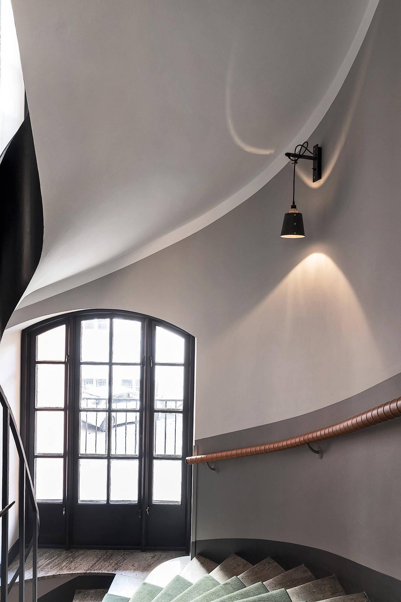 подъезд настенный светильник лестница перила ступени стены окно