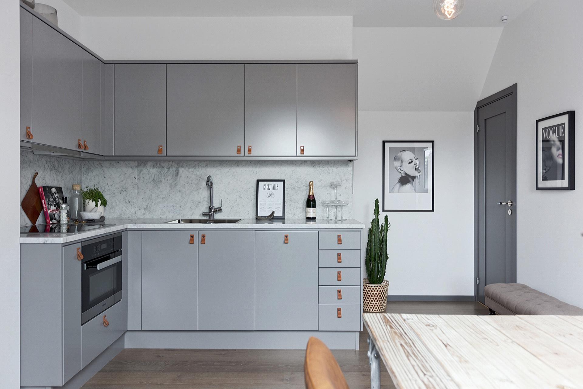 квартира студия кухня прихожая входная дверь кухонная мебель серые фасады кожаные мебельные ручки столешница мрамор
