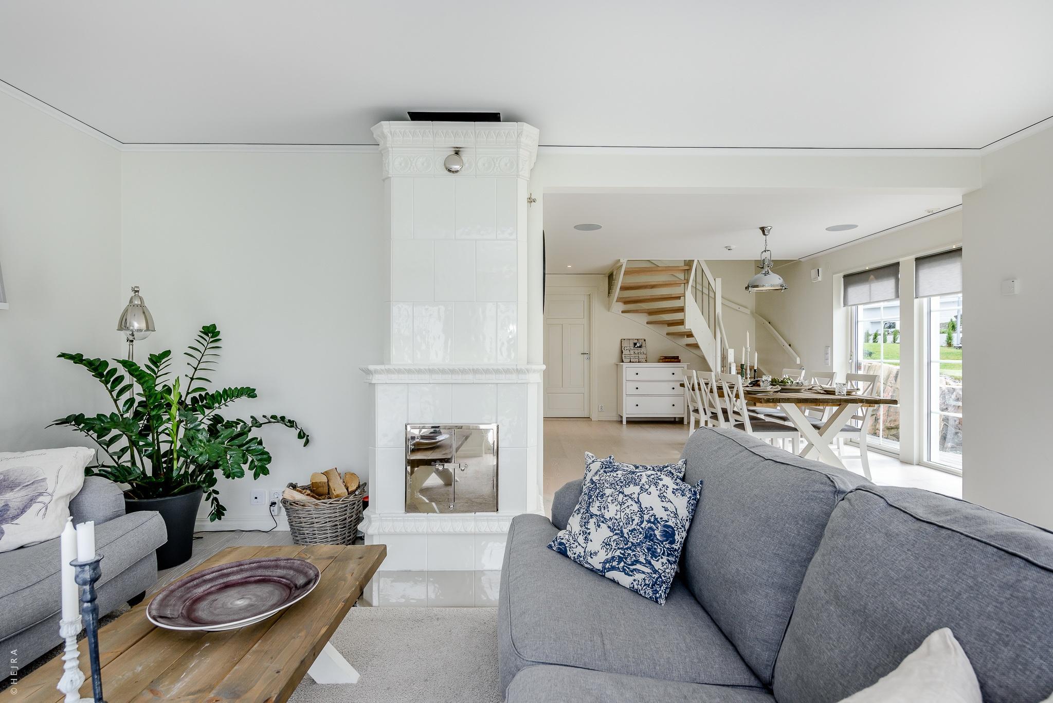 гостиная серые диваны столик лестница на второй этаж