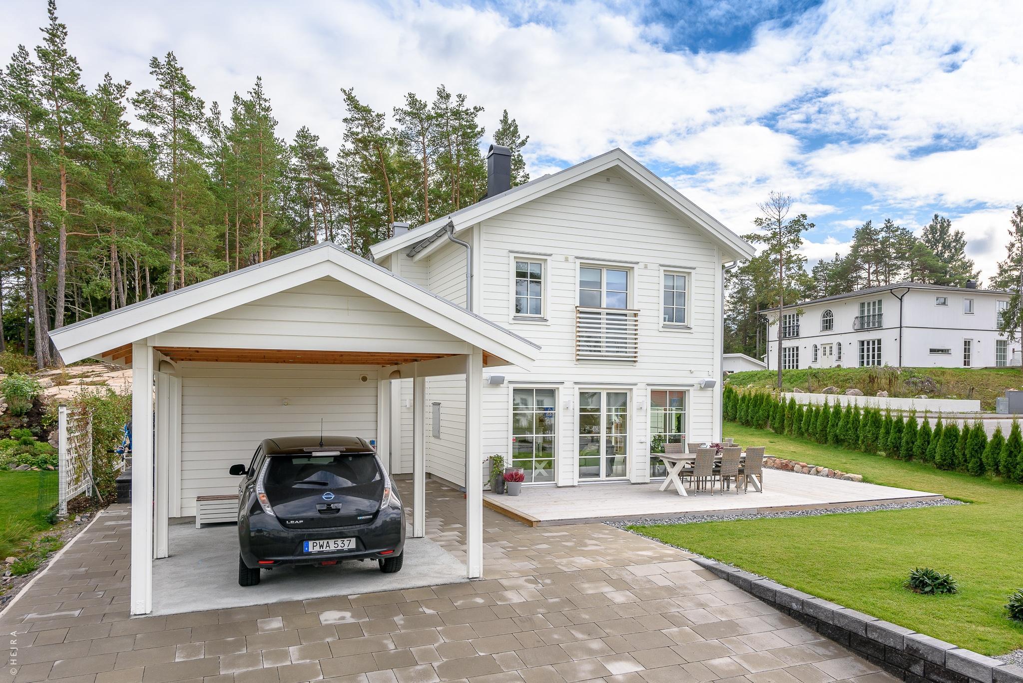 загородный деревянный дом гараж терраса уличная мебель газон