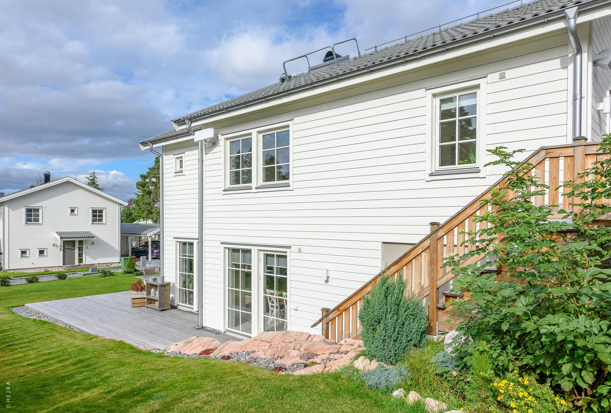 деревянный дом лестница на террасу озеленение газон отмостка деревянный настил