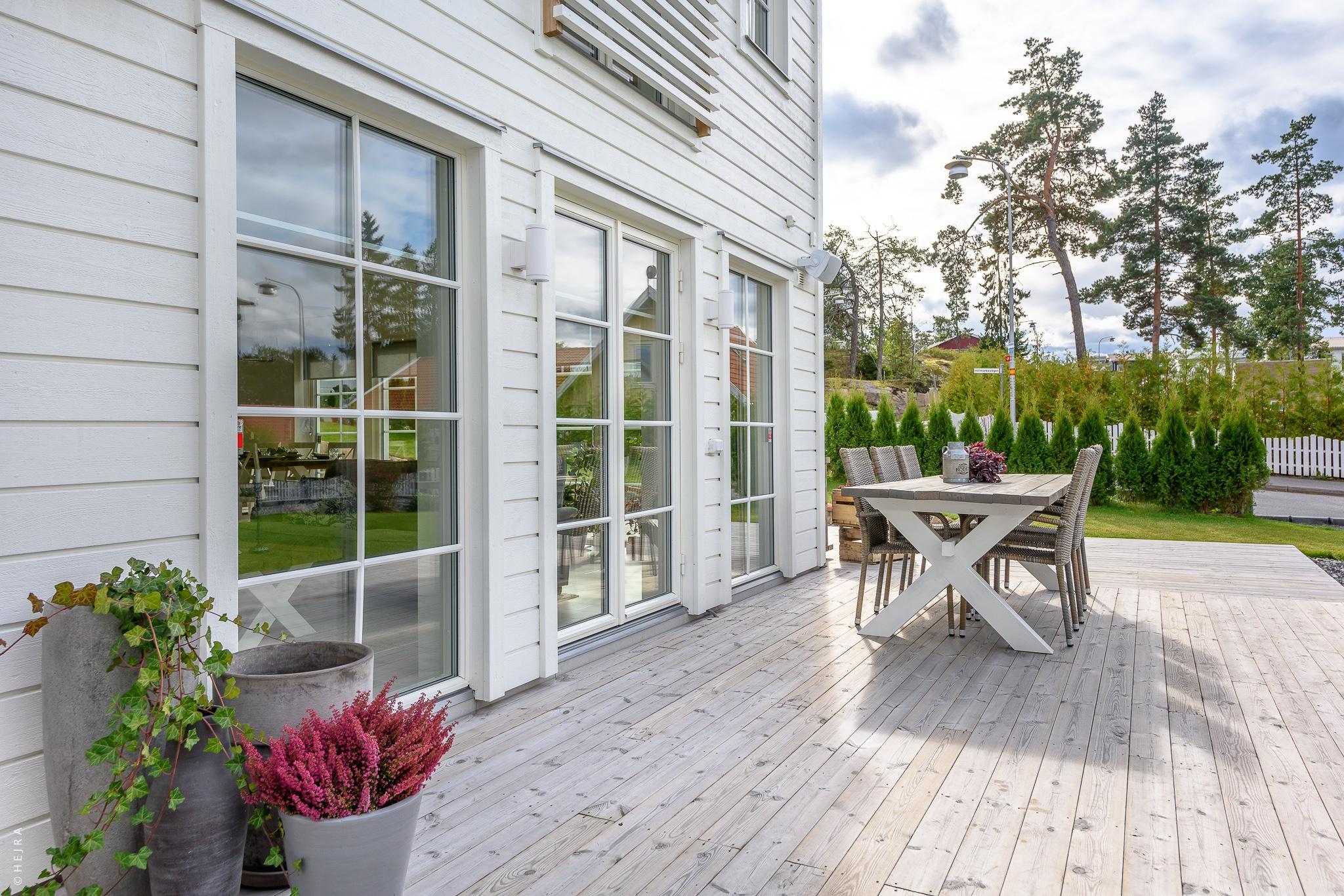 французские двери терраса деревянный настил уличная мебель