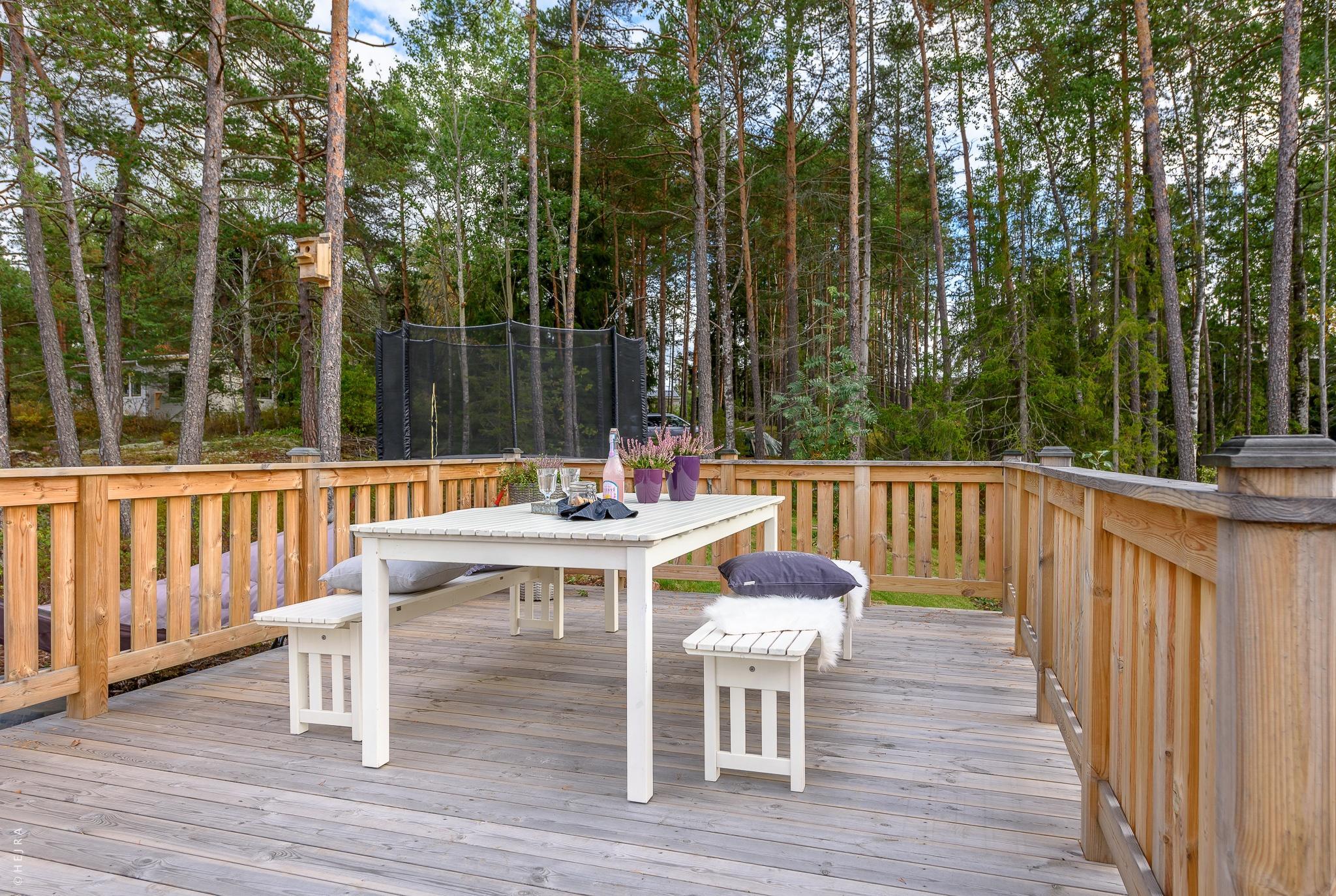 терраса деревянное ограждение садовая мебель настил