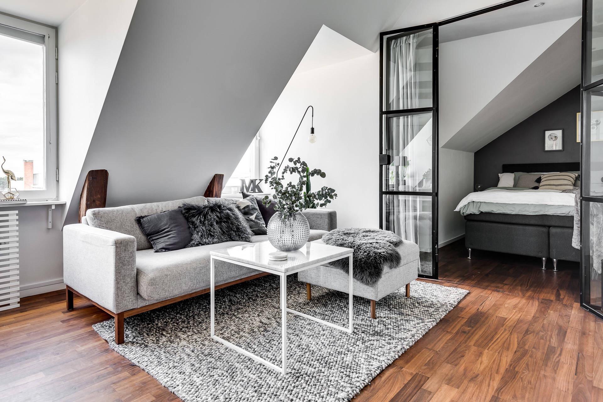 мансарда диван подушки столик ковер перегородка спальня