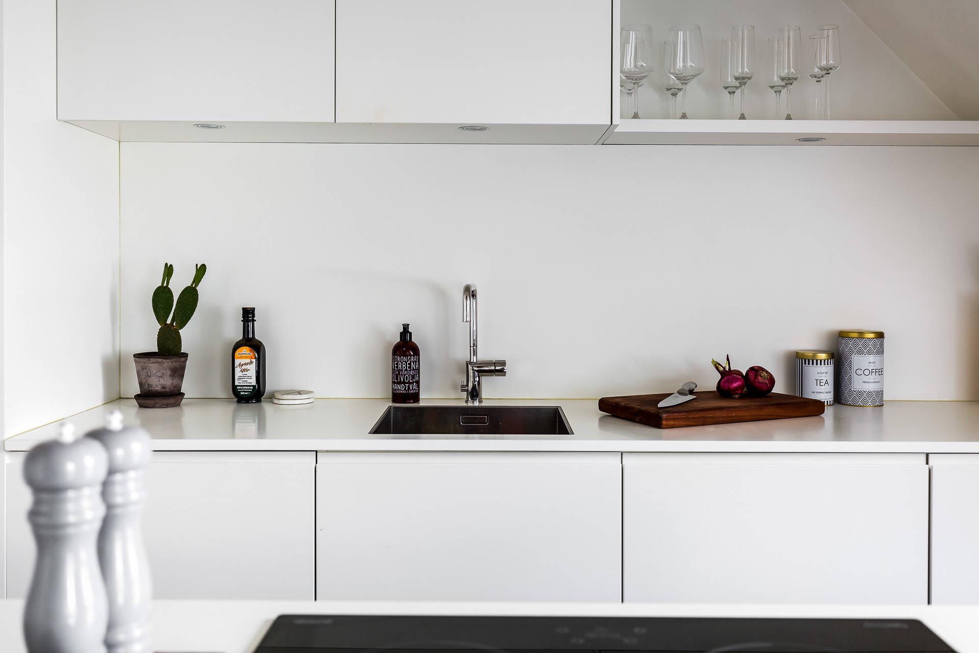кухонная мебель белые гладкие фасады белая столешница мойка смеситель