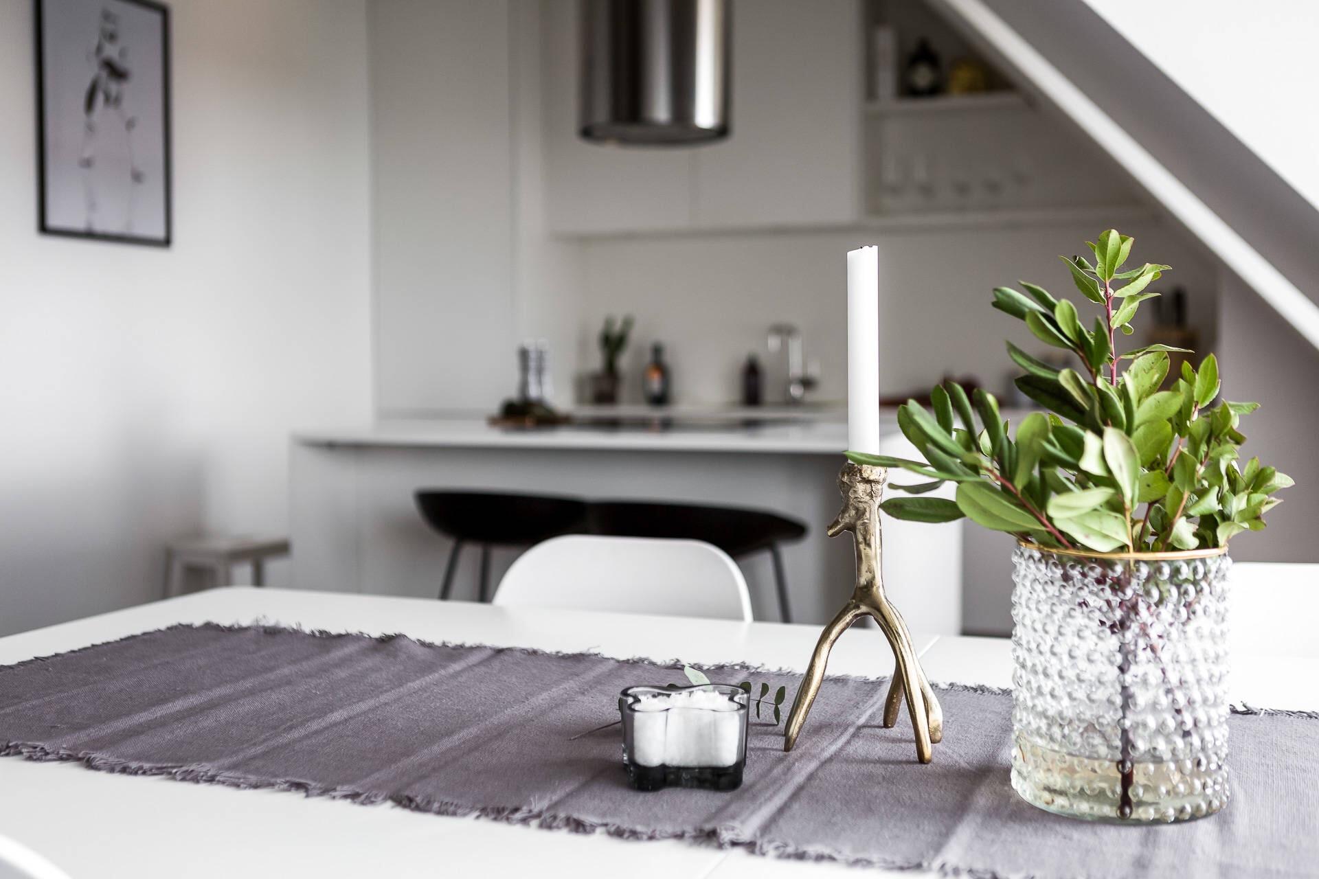 стол текстильная дорожка ваза