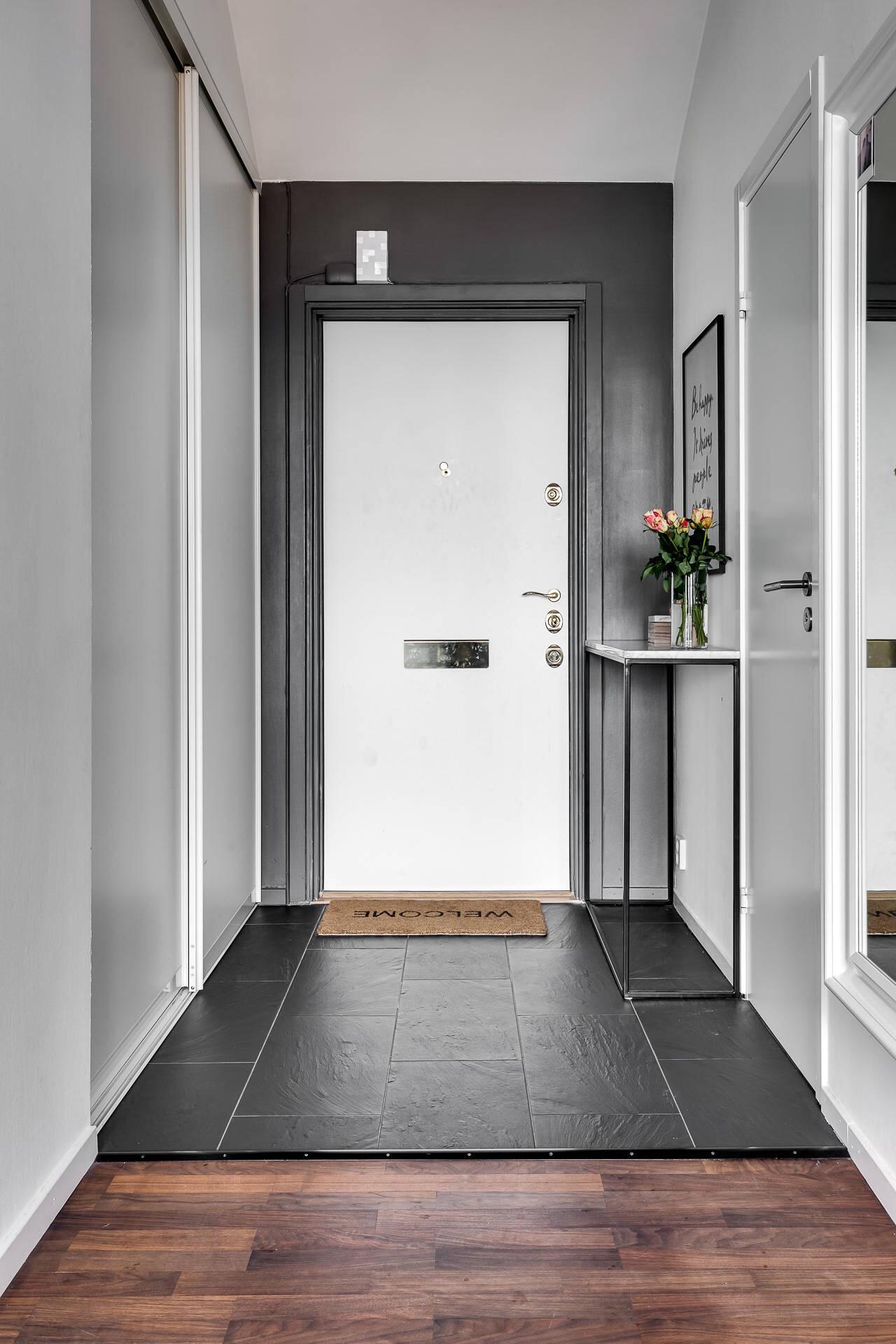 коридор входная дверь напольная плитка консоль