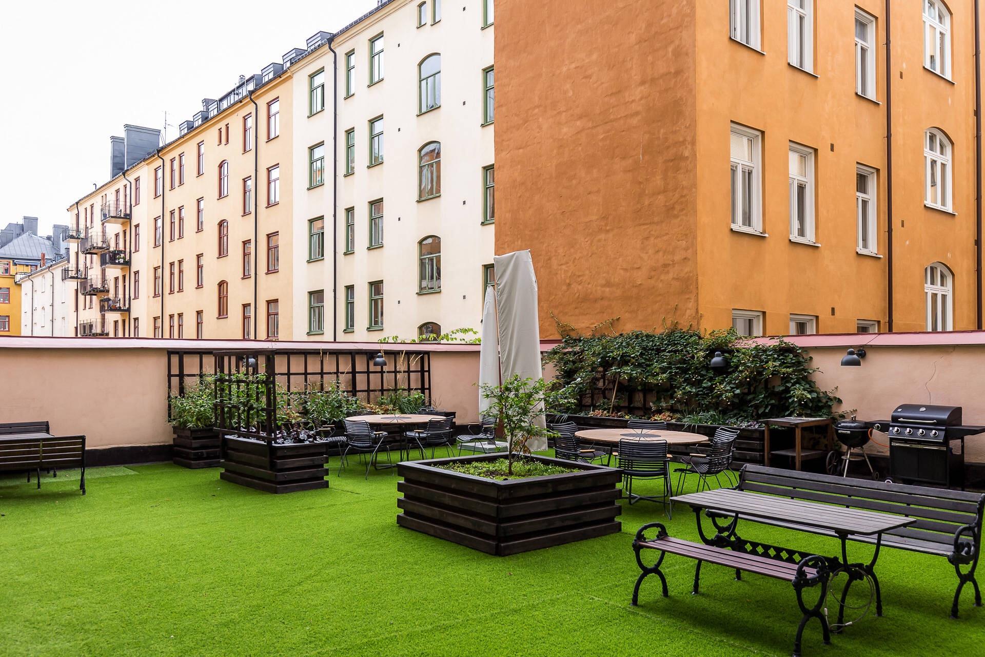 двор гриль искусственный газон уличная садовая мебель ящики для растений