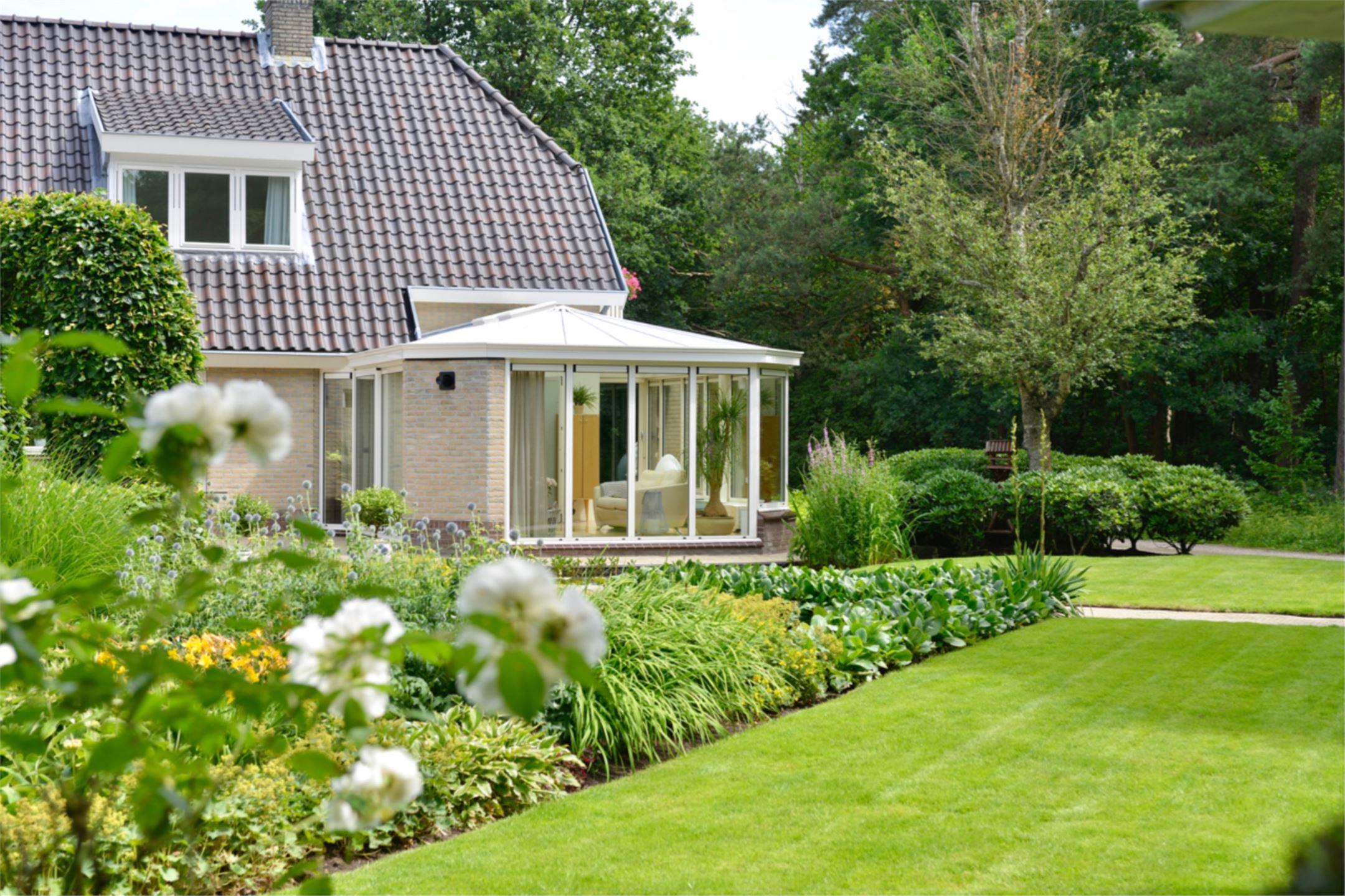 загородный дом с зимним садом ландшафт газон клумбы