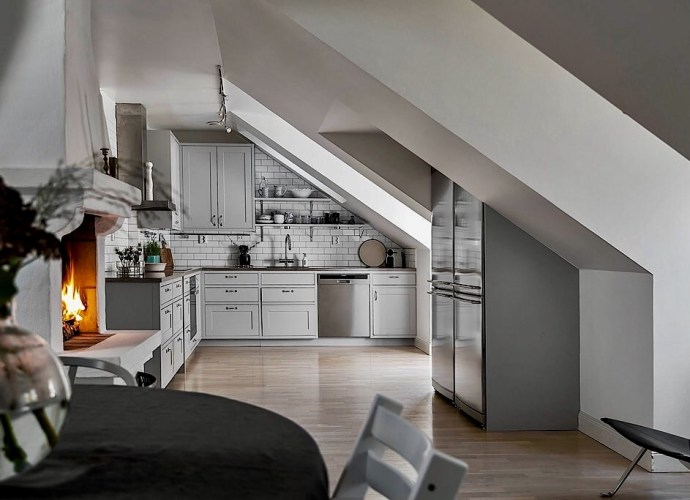 мансарда кухня серые фасады филёнка камин