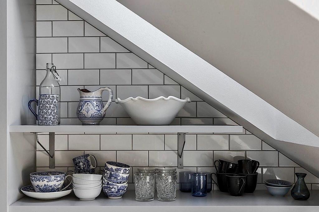 мансарда кухонные полки посуда