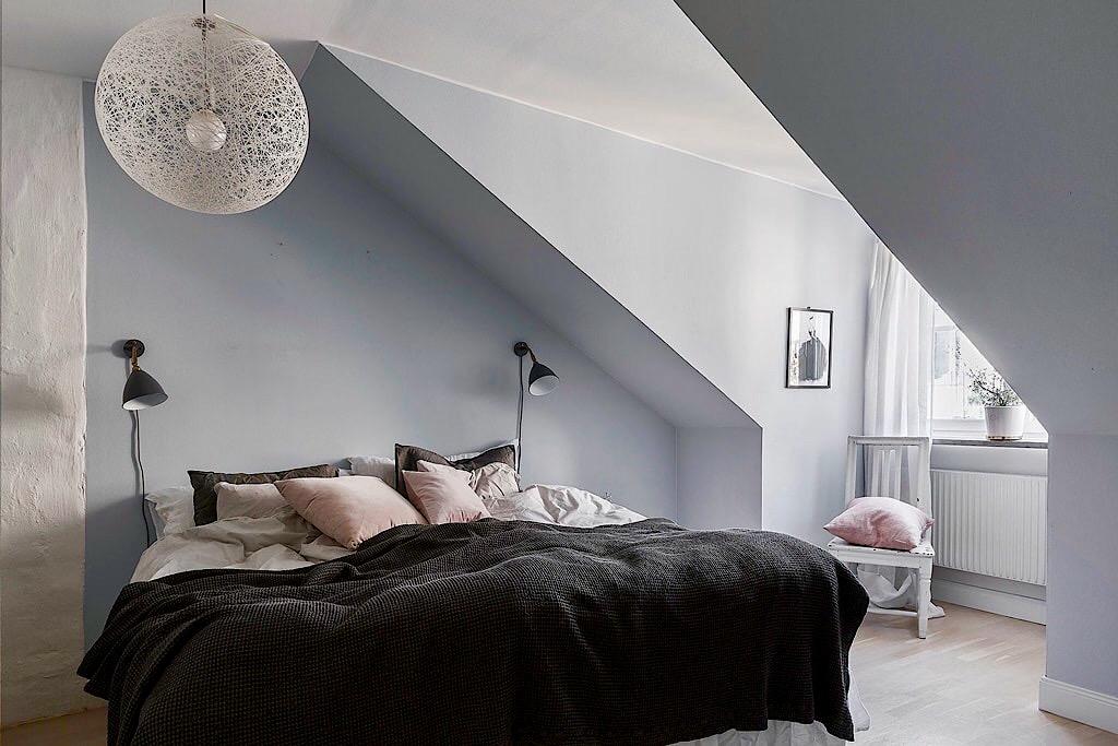 мансарда спальня кровать текстиль подушки прикроватные лампы