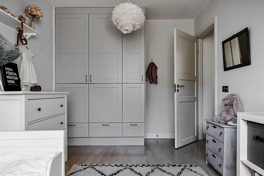 детская комната лампа перья шкаф комод кровать ковер стеллаж дверь филёнка