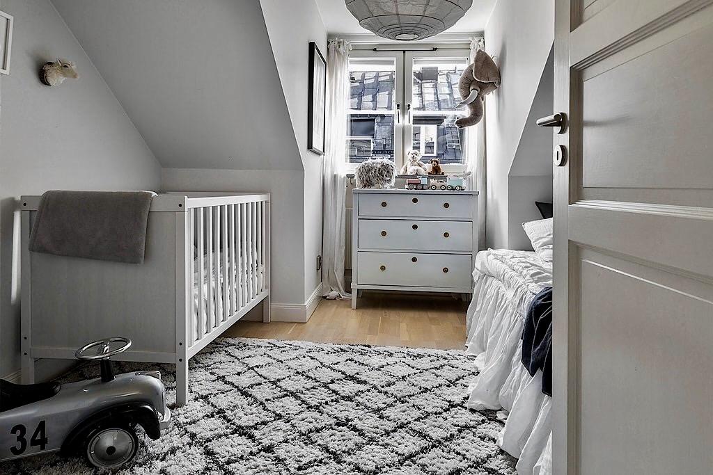 детская комната комод кроватка ковер кровать текстиль машинка сигара