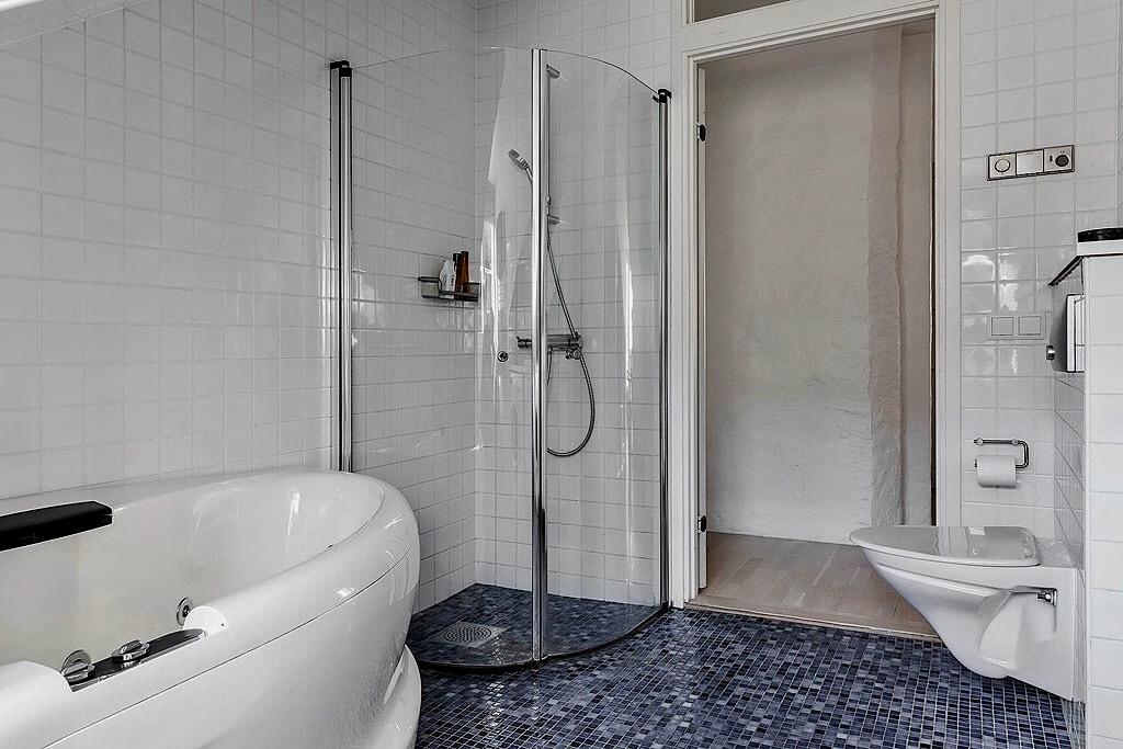 ванная душевая кабина подвесной унитаз мозаика