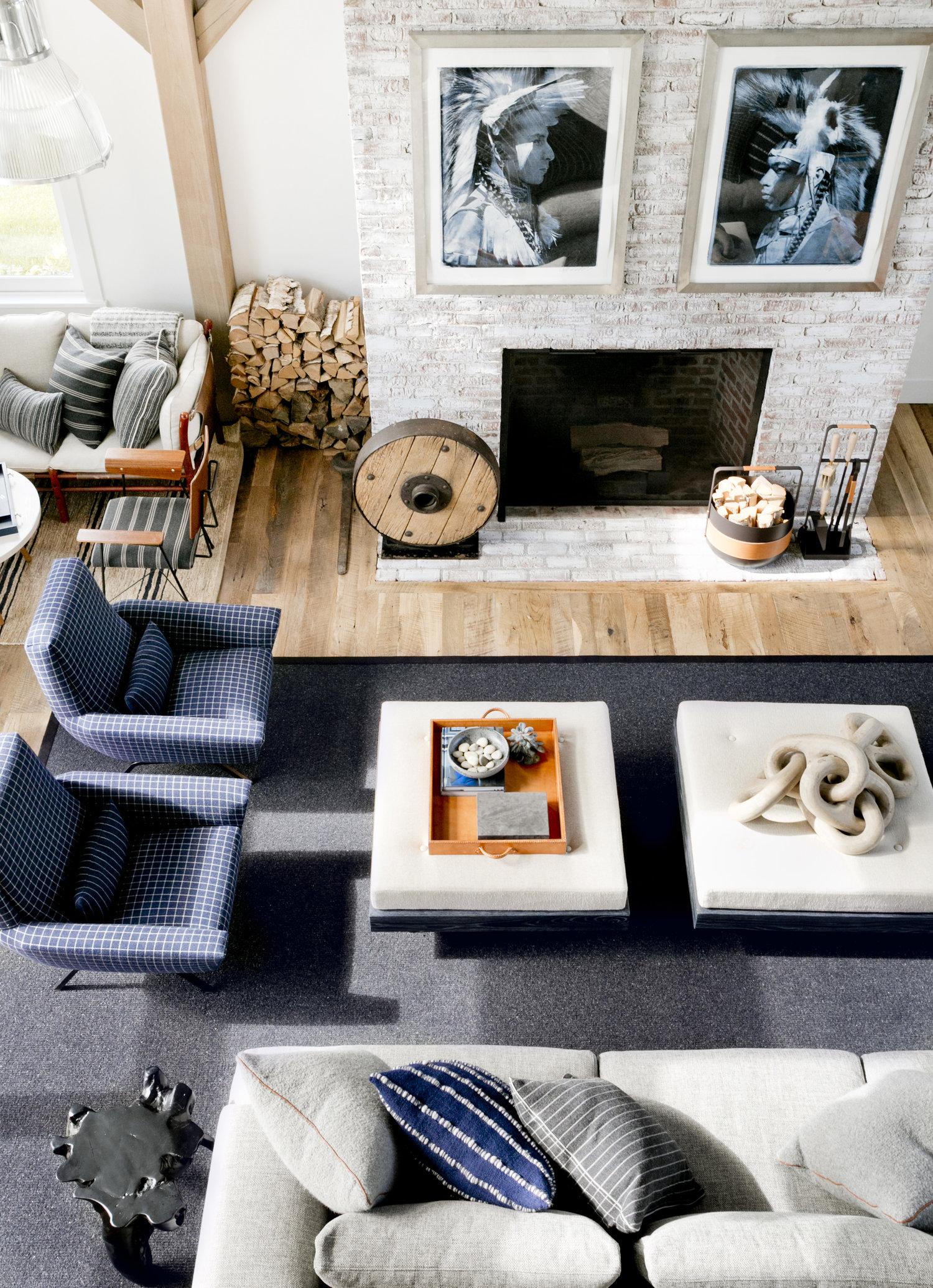 гостиная высокий потолок половая доска дерево камин дрова